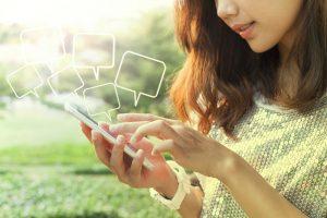 女性とスマートフォン